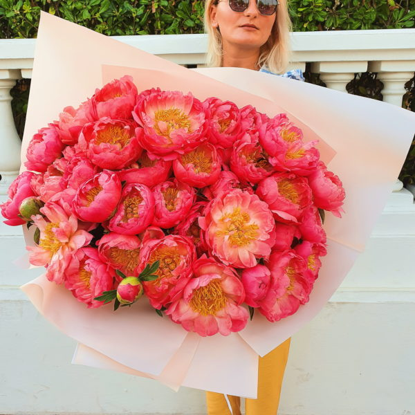 This huge peonies bouquet (35 pieces) will melt each women's heart.